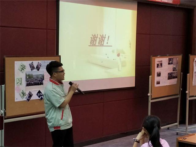 图1 学生代表唱歌展示。.jpg